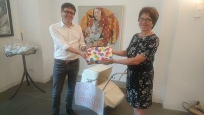 Gesundheitsdirektorin Barbara Bär und Kanzleidirektor Roman Balli nahmen die beglaubigten Unterschriftenbögen entgegen. (Bild: PD)