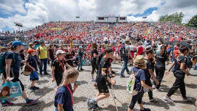 Zuschauer und Turner am Turnfest in Aarau. (Bild: Keystone/Urs Flüeler, Aarau, 16. Juni 2019)