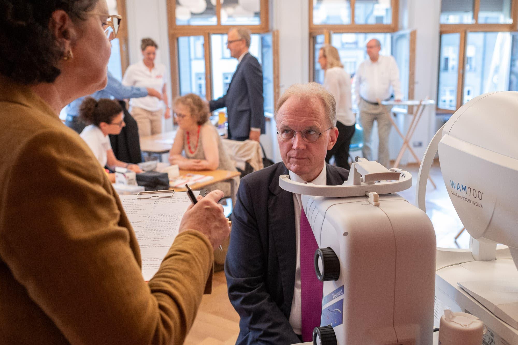 Lauscht den Instruktionen für den Augentest: Gewerbedirektor und Nationalrat Hans-Ulrich Bigler (FDP/BE) vor der Messung des Innendrucks des Auges. (Bild: Martin Baur)
