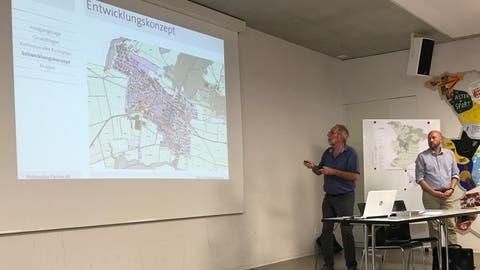 Planer Hanspeter Woodtli und Gemeindepräsident Markus Bürgi informieren über das Entwicklungskonzept. (Bild: Samuel Koch)