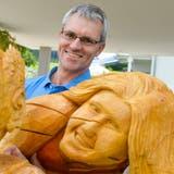 Daniel Rickenbach mit «Hans Holzmann» und «Kathrin», zwei seiner bisher zehn Holzfiguren. (Bilder: Donato Caspari)