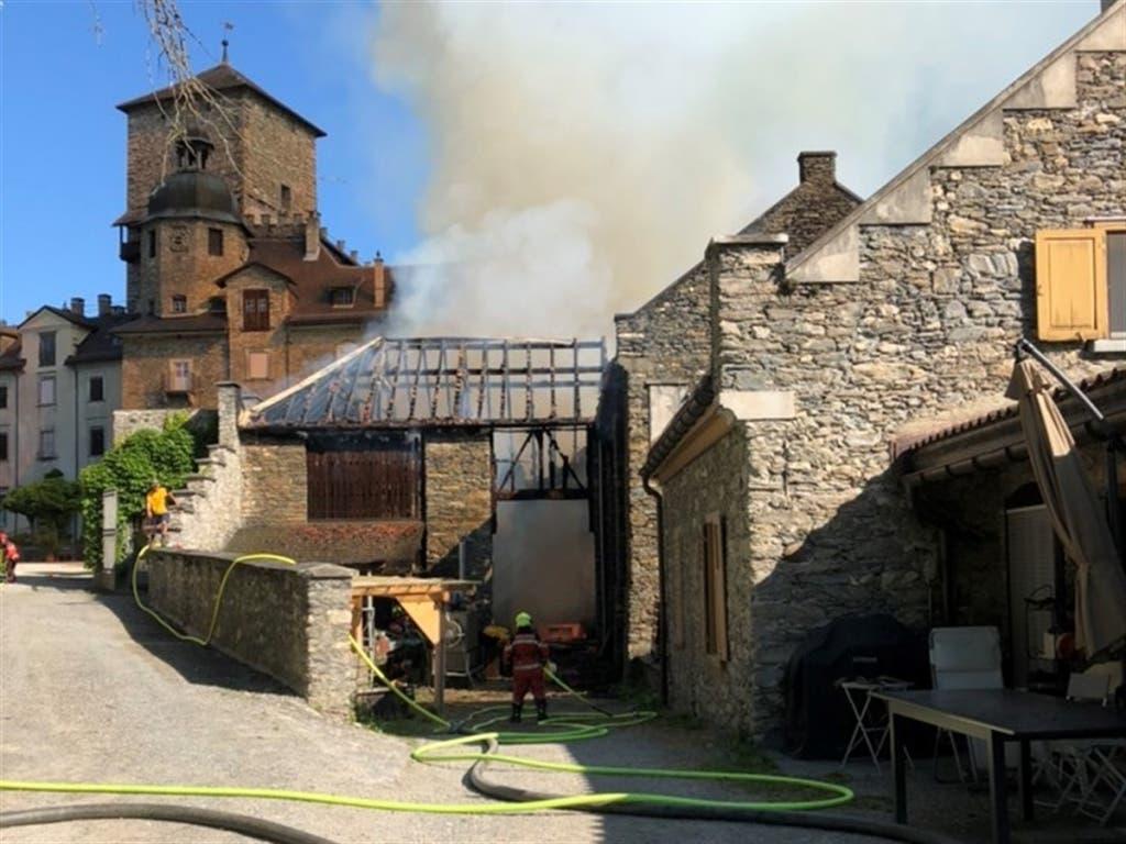 Voller Einsatz der Feuerwehrleute verhinderte den Brand des Schlosses. (Bild: Kapo GR)