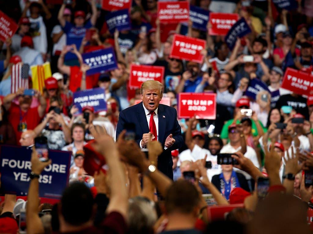 Tausende jubelten US-Präsident Donald Trump bei seiner offiziellen Verkündung des Wahlkampfbeginns am Dienstagabend zu. (Bild: KEYSTONE/AP/EVAN VUCCI)