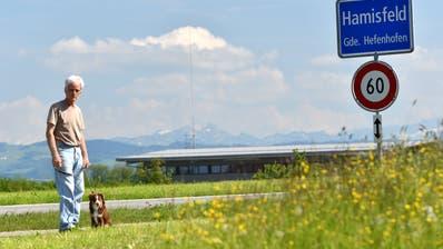 Erwin Aebersold spaziert mit seiner Hündin Lou. Der Hamisfelder will keine 5G-Mobilfunkantenne in seiner Nachbarschaft. (Bild: Manuel Nagel)
