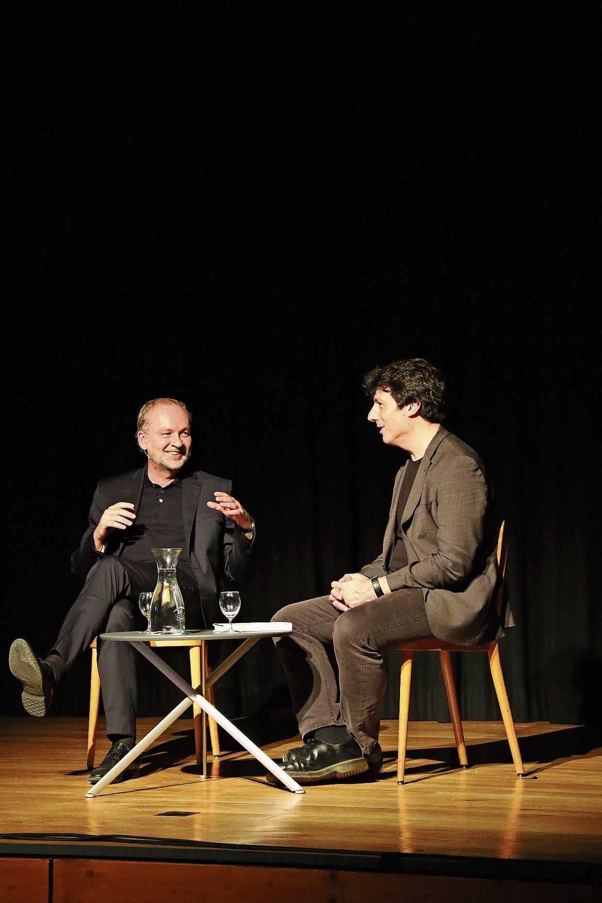 Schriftsteller Ferdinand von Schirach im Gespräch mit dem Zürcher Literaturprofessor Philipp Theison. (Bild: Mirjam Bächtold)