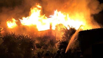 Als die Einsatzkräfte eintrafen, stand das Haus bereits in Vollbrand. (Bild: Kapo SG)