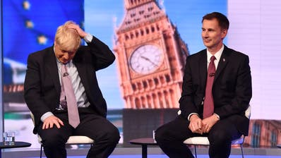 Boris Johnson (links) und sein Widersacher Jeremy Hunt während einer TV-Debatte am Dienstag in London.Bild: Jeff Overs/BBC/Getty