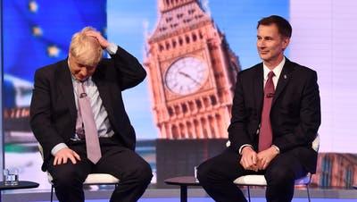 Boris Johnson (links) und sein Widersacher Jeremy Hunt während einer TV-Debatte am Dienstag in London.Bild: Jeff Overs/BBC/Getty