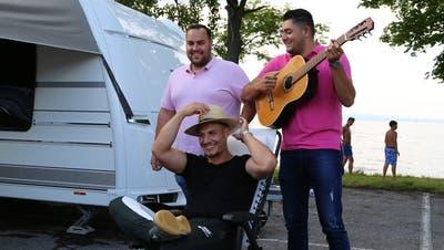 Rolando Birchler (Mitte) und seine Freunde führen ein Leben auf Rädern. (Bild: Jolanda Riedener)