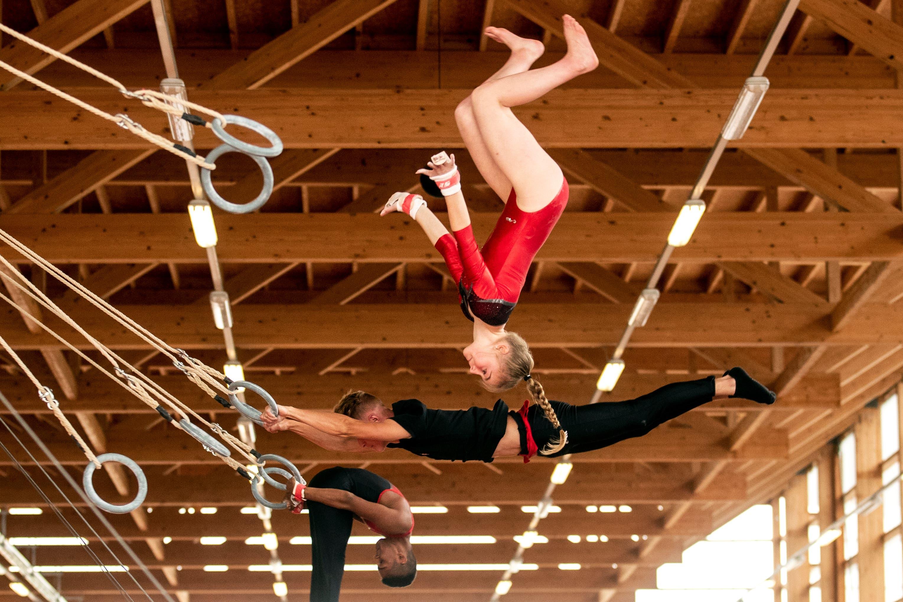 Auch an den Ringen werden akrobatische Turneinlagen vorgeführt. (Bild: Alexandra Wey/Keystone, Aarau, 20. Juni 2019)