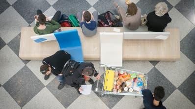 Kunden beim Einkaufen in Konstanz: Der Bundesrat glaubt, dass viele Schweizer auch dann im Ausland einkaufen würden, wenn sie alle Waren verzollen müssten. (Bild: Benjamin Manser)