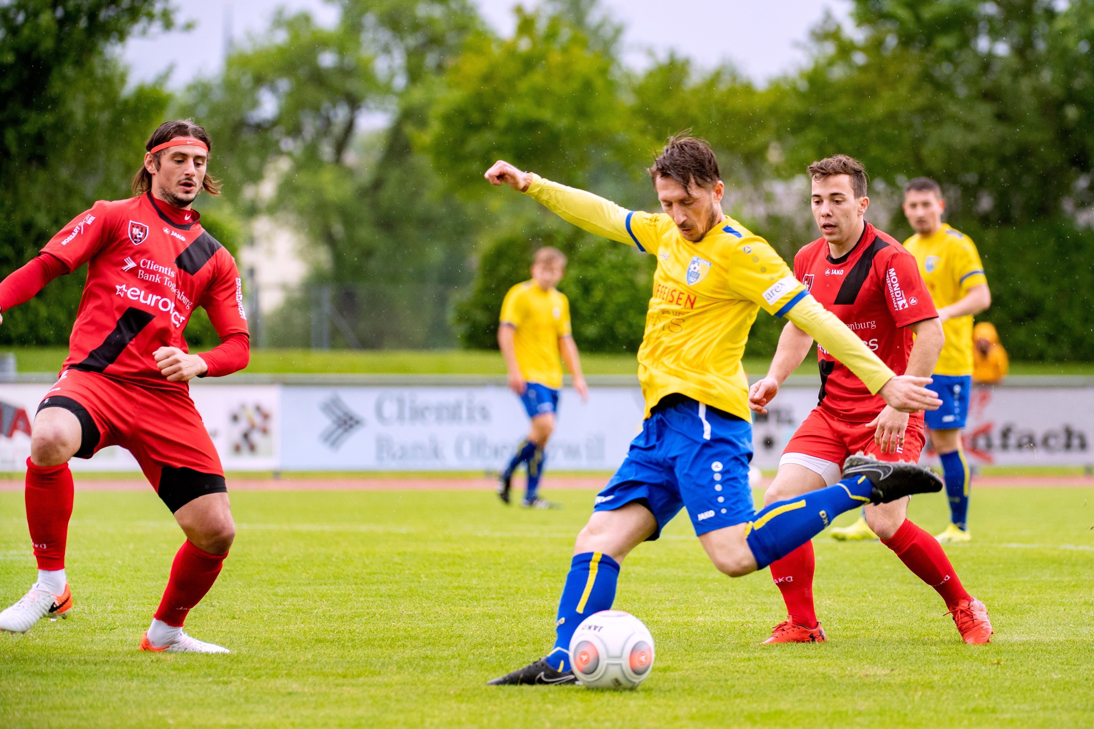 Kristian Nushi (im gelben Trikot) war mit elf Treffern Uzwils bester Torschütze der abgelaufenen Saison. (Bild: Urs Bucher/TAGBLATT)