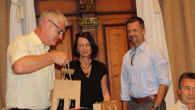 Primarschulpräsident Thomas Wieland verabschiedet die beiden Behördenmitglieder Eva Dal Dosso und Daniel Engeli.Bild: Manuela Olgiati
