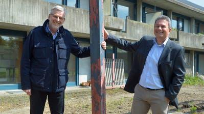 Stiftungsratspräsident Martin Vock und Geschäftsleiter Dave Siddiqui vor dem Personalhaus, das nun abgebrochen wird. (Bild: Mario Testa)