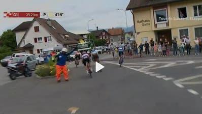 Trotz winkendem Streckenposten fährt die Spitzengruppe in Richtung Haag statt nach Grabs. (Standbild SRF)