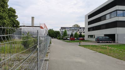Rechts das Asylzentrum an der Döbelistrasse, links ein privates Bauprojekt. (Bild: Martina Eggenberger)