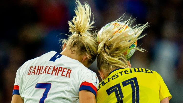 Die US-Amerikanerin Abby Dahlkemper (links) im Kopfballduell gegen Schwedens Stina Blackstenius am FIFA Women's World Cup 2019 in Frankreich. (Bild: Peter Powell/EPA, Le Havre, 20. Juni 2019)