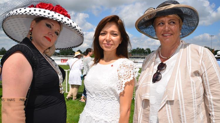 Nicht jede Frau trägt Hut auf dem Kopf: Pferderennbesitzerin Victoria Hofer, Khanim Hanum Ibrahimova, aserbaidschanische Botschafterin, und Regierungsrätin Cornelia Komposch. (Bilder: Margrith Pfister-Kübler)