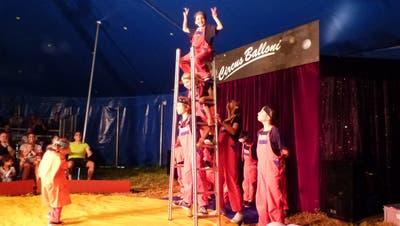Diese Schülerinen und Schüler gehen mit ihrer Akrobatik-Nummer auf einer Leiter hoch hinaus. (Bilder: Kurt Lichtensteiger)