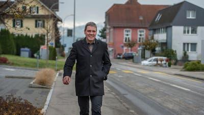 Herbert Schmid, Gemeindepräsident von Hohenrain, unterwegs im Dorfkern. (Bild: Nadia Schärli, 9. November 2016)
