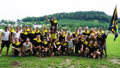 Die Männer und Frauen des STV Affeltrangen feiern nach ihren Einsätzen am Eidgenössischen Turnfest. (Bild: pd)