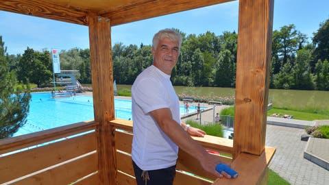 Chef-Badmeister Roberto Cantelli im Turm mit Blick auf das grosse Schwimmbecken, den Sprungturm und die Rutschbahn. (Bild: Mario Testa)