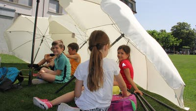 Die schattenspendenden Sonnenschirme wurden von den Kindern am Sporttag gerne genutzt. (Bild: Ines Biedenkapp)