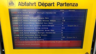 Die Anzeigentafel am Bahnhof Luzern informiert die Reisenden über die Einschränkungen auf der Zentralbahn-Strecke. (Bild: Janick Wetterwald)