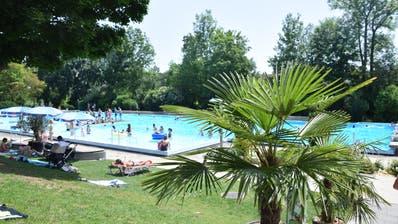 Tropisches Ambiente: Die Temperaturen sind hoch, die Zahl der Badegäste nimmt zu. Das ruft die Bademeister vermehrt auf den Plan. Bild: Nicola Ryser