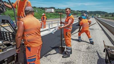 Strassenarbeiter auf der Autobahn A2 bei Dagmersellen. (Bild: Dominik Wunderli, 24. Juni 2019))