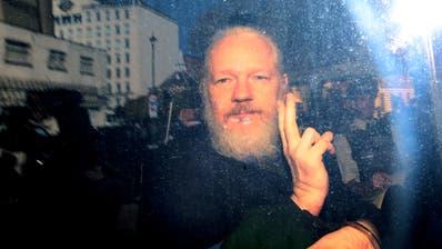 Julian Assange mit dem Victory-Zeichen zu den Medien. Kurz zuvor war er von der britischen Polizei in der ecuadorianischen Botschaft festgenommen worden. (Bild:Jack Taylor/Getty, London, 11. April 2019)