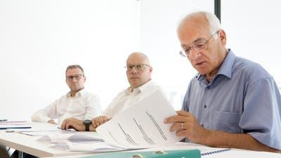 Sekundarschulvizepräsident Michael Thurau und Primarschulvizepräsident Markus Blättler und Untersuchungskommissionspräsident Christoph Tobler während des Pressegesprächs (Bild: Donato Caspari)