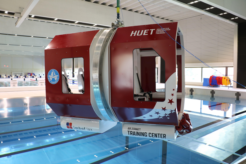 So sieht die Heli-Kabine über dem Pool im Campus Sursee aus. Die Aufschrift HUET steht für Helicopter Underwater Escape Training – wie komme ich am schnellsten aus einem Helikopter, der unter Wasser ist. (Bilder: Janick Wetterwald, 26. Juni 2019)