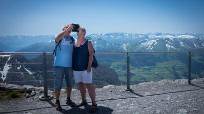 Den Sommer einmal anders geniessen: Bei hohen Temperaturen treibt es vor allem ältere Wanderer in den Alpstein. (Bilder: Benjamin Manser)