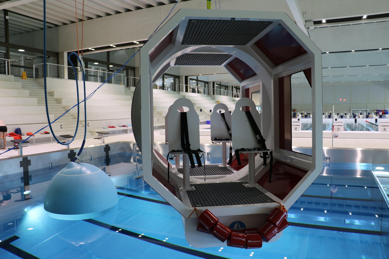 So sieht die Heli-Kabine über dem Pool im Campus Sursee aus. Die Aufschrift HUET steht für Helicopter Underwater Escape Training – wie komme ich am schnellsten aus einem Helikopter, der unter Wasser ist.