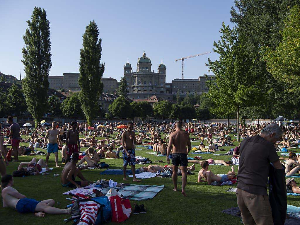 Volles Schwimmbad: Auf der Suche nach Sonne und Abkühlung im Berner Marzili. (Bild: KEYSTONE/ANTHONY ANEX)