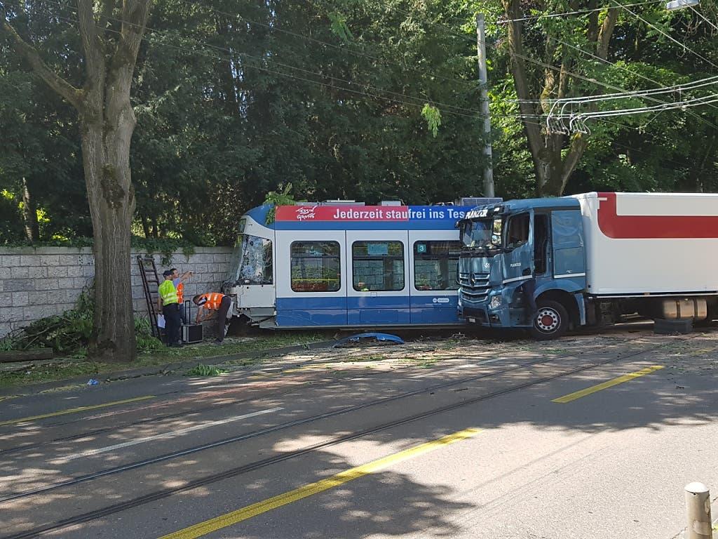 Das Tram wurde durch den Zusammenstoss mit dem Lastwagen aus den Schienen gehoben. (Bild: Keystone_SDA, Monika Freund)