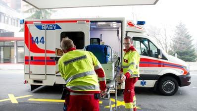 Agieren im Notfall unter grösstem Zeitdruck: Rettungskräfte des Notrufs. (Bild: Corinne Glanzmann, Luzern, 14. Dezember 2015)