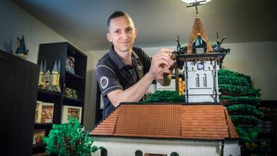 Andreas Krähenbühl und sein Lego-Modell der Kirche Oberhofen, das er selbst gebaut hat. (Bild: Andrea Stalder)