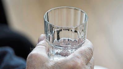 In der Hitze ist es nicht nur, aber insbesondere für Senioren wichtig, viel Wasser zu trinken. (Bild: Keystone/Werner Krüper)