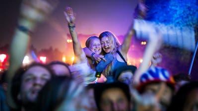 Gute Laune bei den Festivalbesuchern am Samtagabend. (Bild: Michel Canonica)