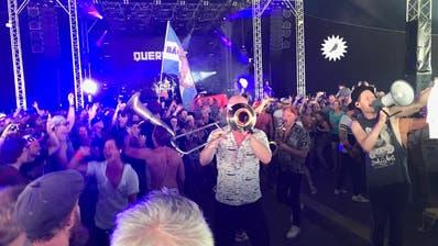 Und plötzlich steht die Band mitten im Publikum: Magische Festival-Momente mit den Kölner Querbeat