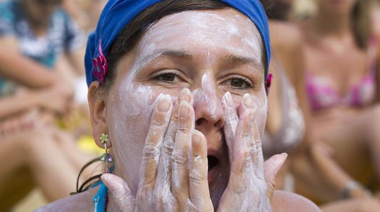 Eine im Mai im US-amerikanischen Ärzteblatt «JAMA» veröffentlichte Studie zeigt, dass organische Filter nach dem Auftragen auf die Haut bald einmal im menschlichen Blut nachweisbar sind. (Bild: Keystone)