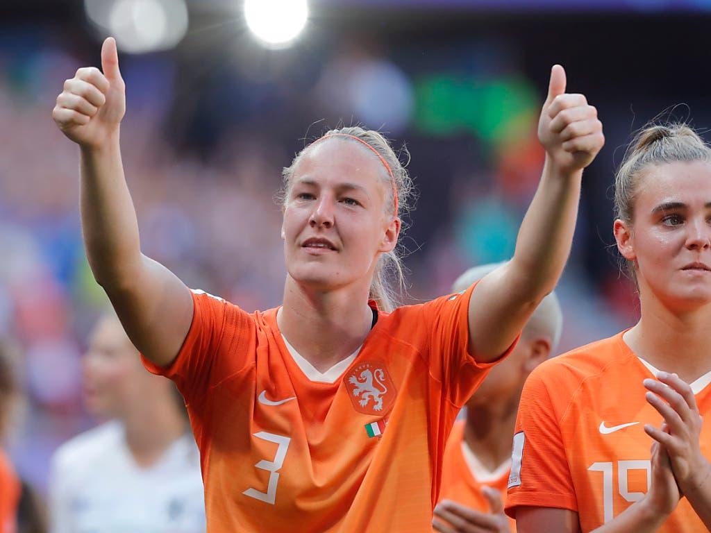 Stefanie Van Der Gragt (links) und Jill Roord feiern den ersten WM-Halbfinal-Vorstoss von Niederlands Frauen (Bild: KEYSTONE/AP/MICHEL SPINGLER)