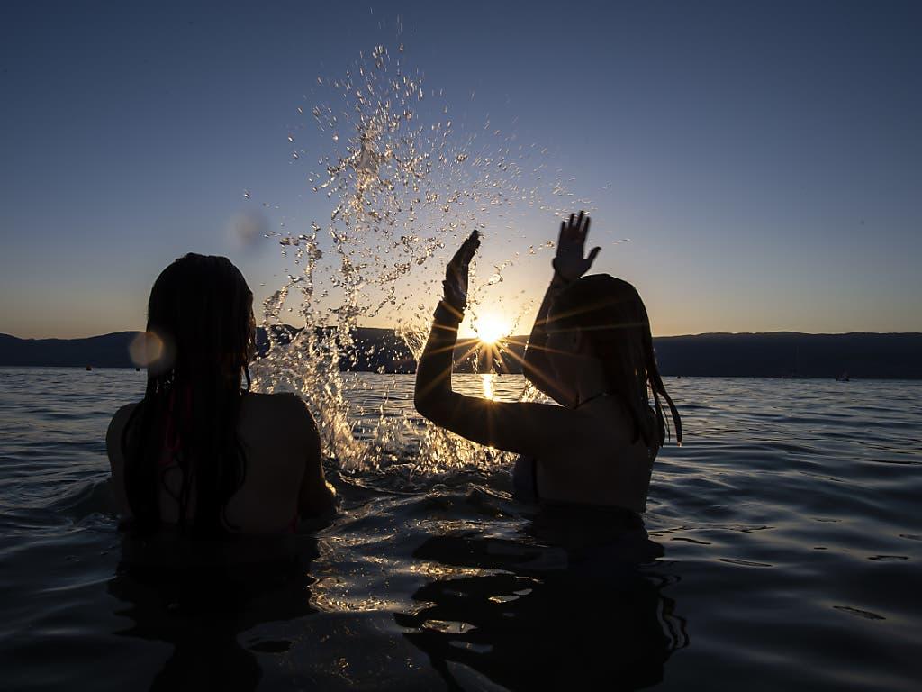 Abendliches Bad im warmen Neuenburgersee. (Bild: KEYSTONE/ANTHONY ANEX)
