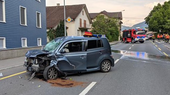 Das Unfallauto steht schwer demoliert auf der Gotthardstrasse zwischen Oberarth und Arth. (Bild: Geri Holdener, Bote der Urschweiz)
