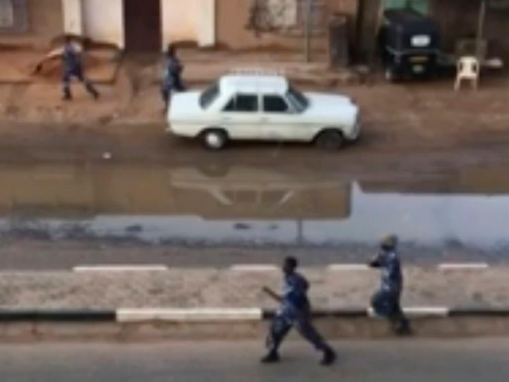 Soldaten rennen eine Strasse in der sudanesischen Hauptstadt Khartum entlang - das Militär versucht eine Sitzblockade mit Gewalt aufzulösen. (Screenshot von Augenzeugen-Video) (Bild: KEYSTONE/AP Elmontasir Darwish)