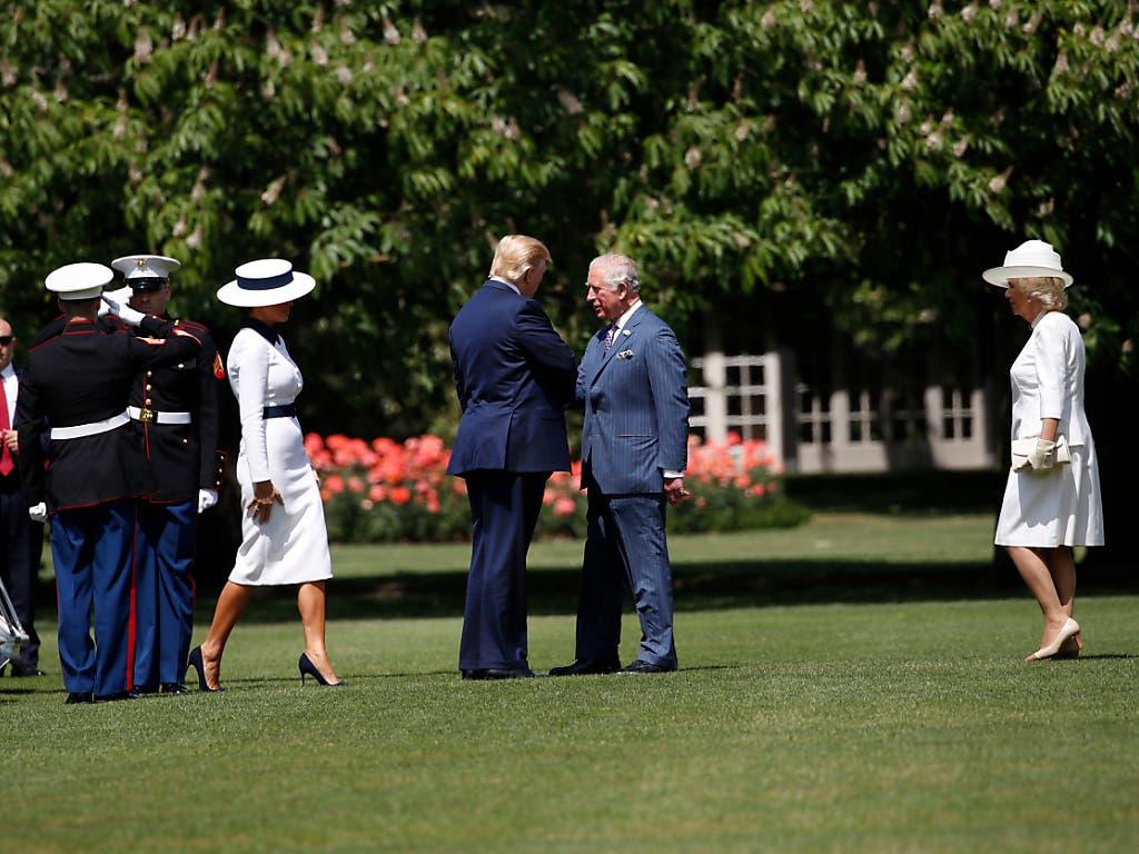 US-Donald Trump und First Lady Melania werden bei ihrer Ankunft beim Buckingham-Palast von Prinz Charles und dessen Frau Camilla empfangen. (Bild: KEYSTONE/AP/ALEX BRANDON)