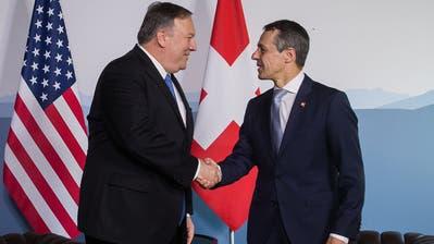 Aussenminister Iganzio Cassis (links) mit dem US-Botschafter in der Schweiz, Edward T. McMullen. (Bild:KEYSTONE/Alessandro della Valle, Bern, 5. April 2019)
