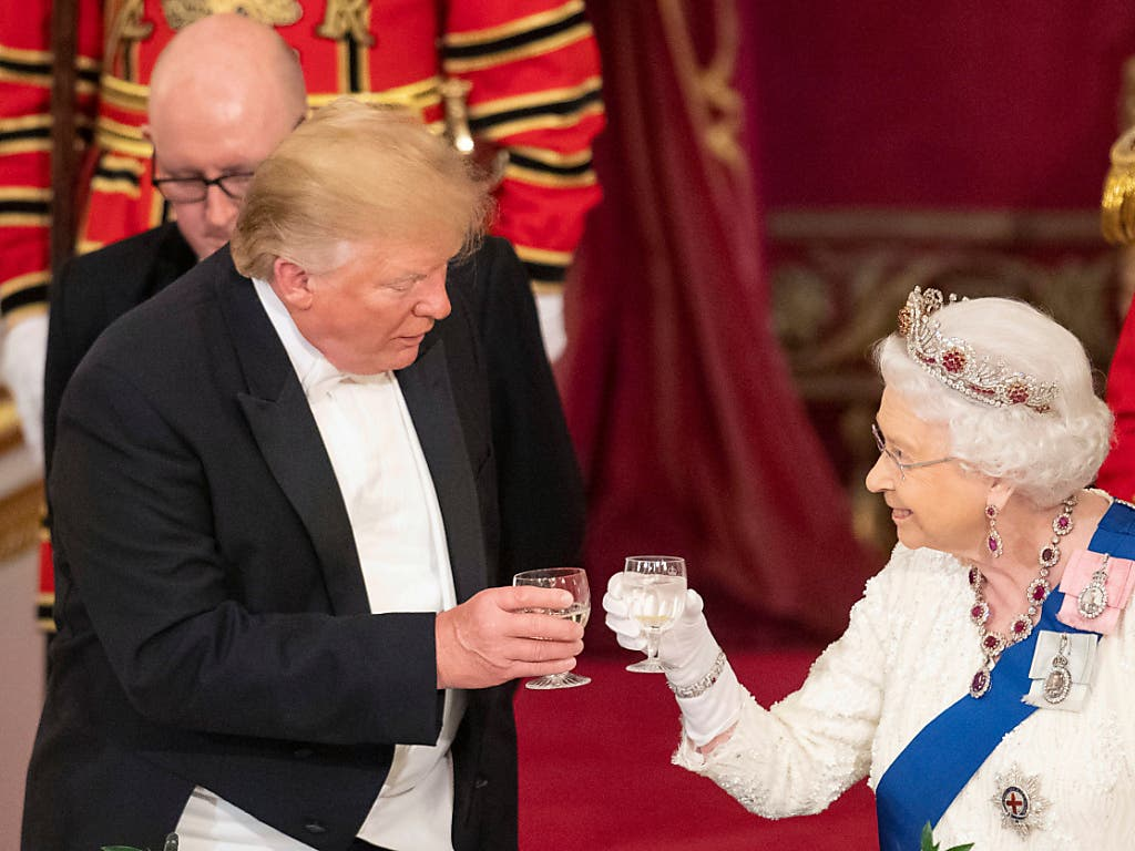 US-Präsident Donald Trump und die britische Königin Elizabeth II. haben am Montagabend auf das Wohl der beiden Länder angestossen. (Bild: KEYSTONE/AP POOL PA/DOMINIC LIPINSKI)